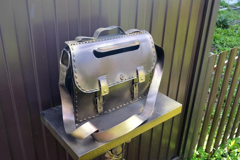 Уникальная работа - портфель в качестве почтового ящика