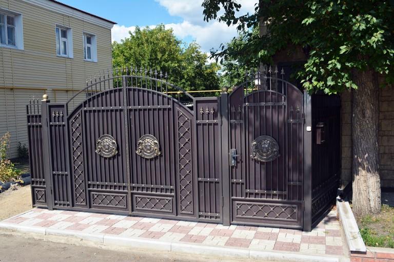 Коричневые ворота с калиткой с элементами ковки