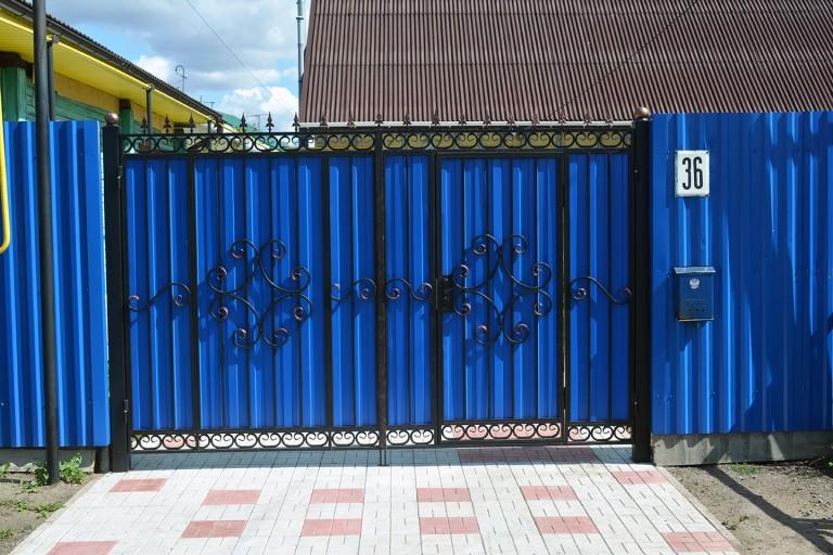 Ворота с ковкой и синим профлистом