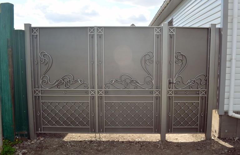 Металлические ворота с калиткой серого цвета