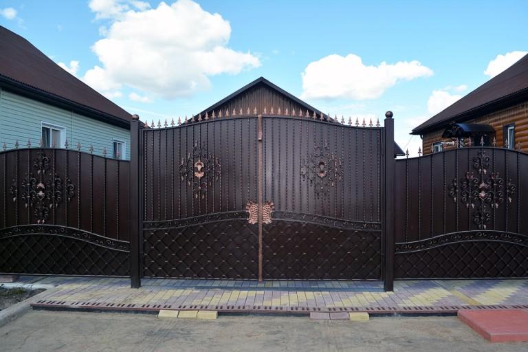 Ворота из металла с декором